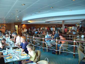 Uit eten op de boot naar Griekenland
