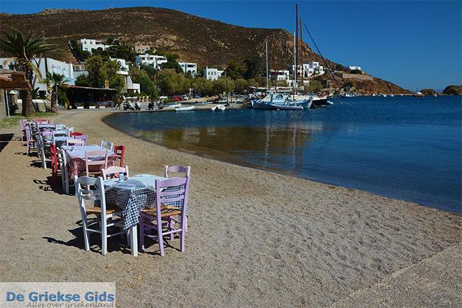 Tafeltjes aan het strand van Grikos op Patmos