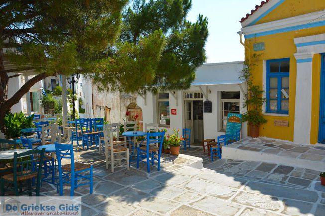 Het centrale pleintje in Lefkes Paros