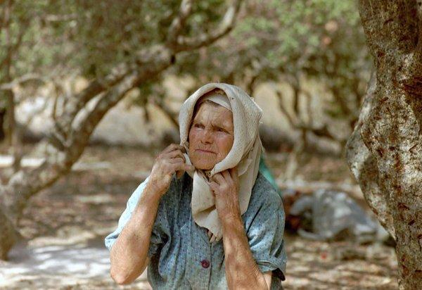 Chios - oudere dame - Foto van Ad van Gool