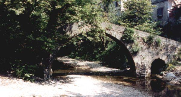 juli 2002 in Vrosina, Epirus foto van een middeleeuwse brug - familie Frederiks-Binos uit Oss