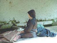 Vrouw bij wasplaats in Koukouli - Foto van Joop van der Linden