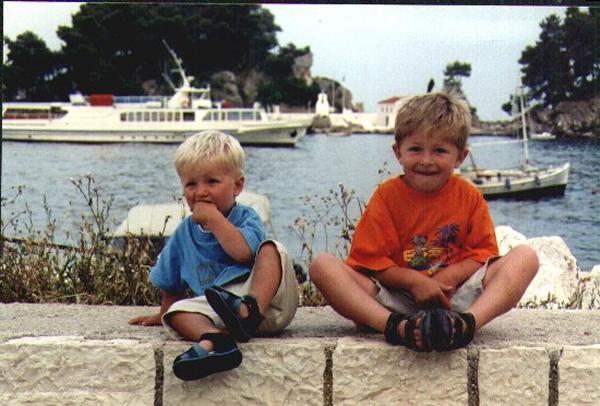 Onze zonen Joost en Jeroen poseren in Parga op de kade met op de achtergrond het Panagia-eiland. Juni 2002 Familie Frederiks-Binos, Oss