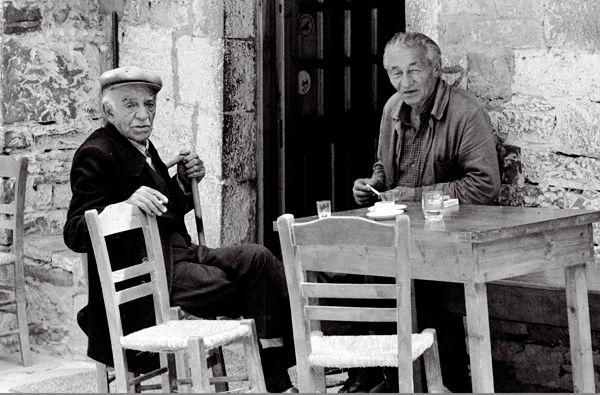 Oudere mannen Kafenion Papingo Zagori. Foto van Ben Kieft.