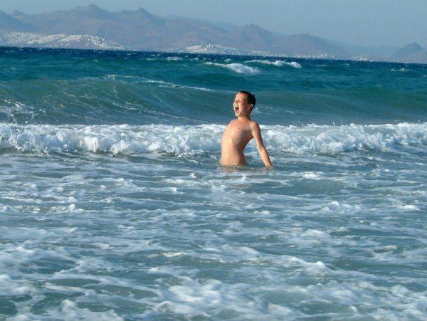 Johnny in de zee op Kos, op de achtergrond de Turkse kust.  John  Kinket