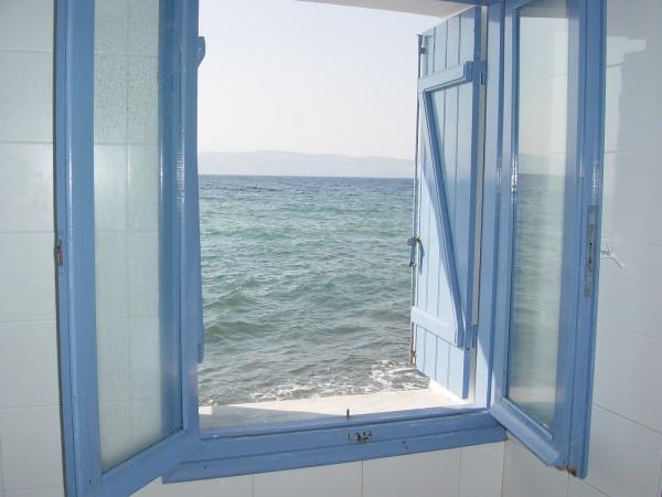 Door het raam naar de zee kijken - Lesbos foto Claudia Huisman