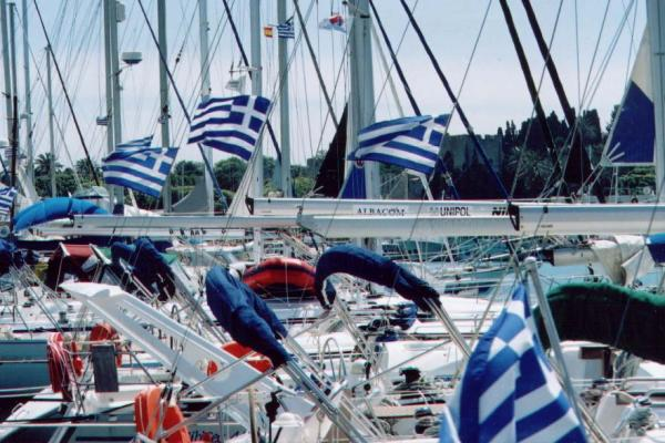 Griekse vlaggen en bootjes op Rhodos