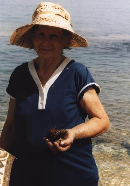 Oudere dame op Kasos