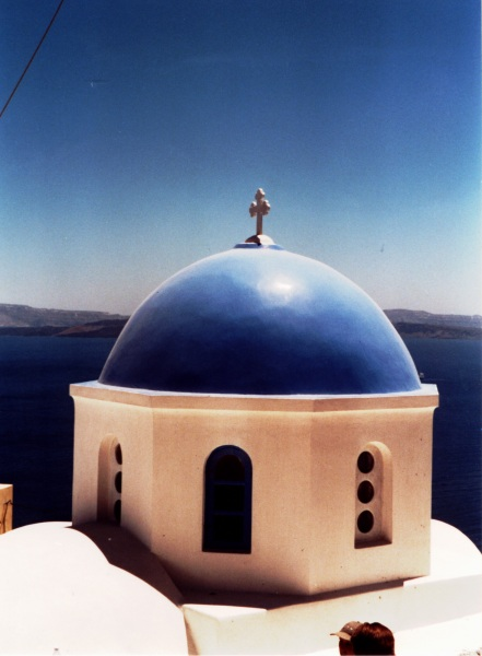 De bekende koepel op Santorini