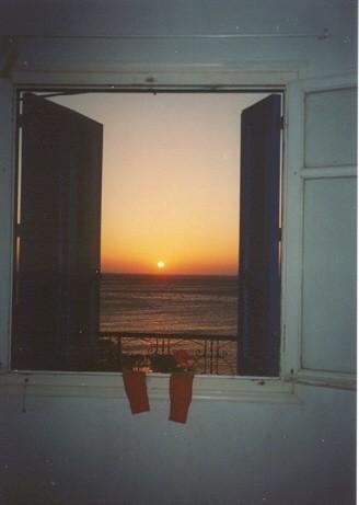 Zonsopgang gezien vanuit raam pension Mayflower, Diafani, Karpathos - Foto Riet de la Mar
