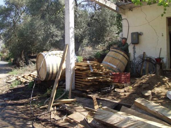 Het maken van wijnvaten met de hand in west Kreta. Foto: Ger.Timmermans
