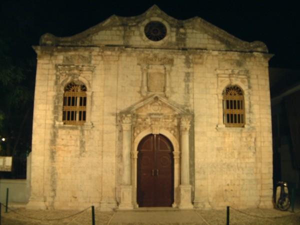 De Pantocrator kerk in Lefkas stad staat er 's nachts heel spookachtig bij. Foto van Bianca Vrijken