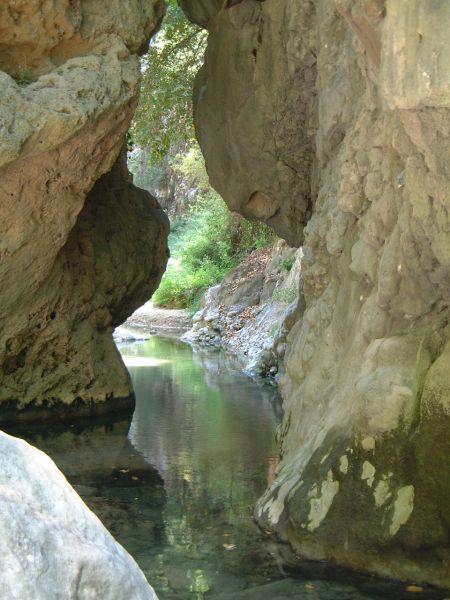 De watervallen bij Rachi, zeker de moeite waard, ook al is er weinig water. Foto van Bianca Vrijken
