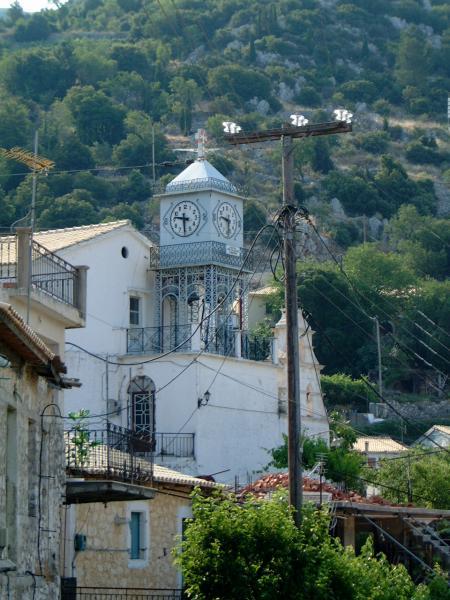Een typische kerktoren voor het eiland Lefkas, bij Exanthia. Wat een geluid komt er uit zo'n klein torentje. Foto van Bianca Vrijken.