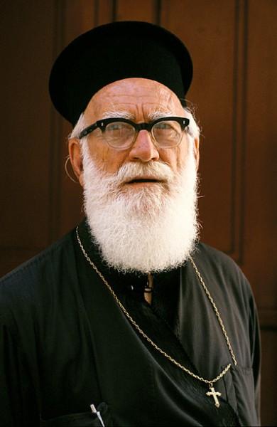 Een priester op Mykonos foto gemaakt door Danny Verhasselt