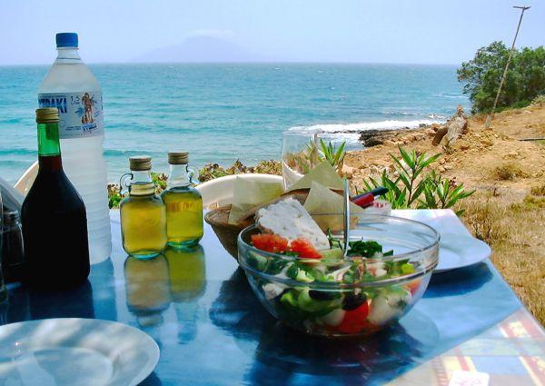 Karpathos, even buiten Finiki. Lunch under the trees (juni 2001)  foto: Joyce Bos
