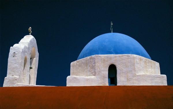 Santorini: detailopname van 2 achtereenvolgende kleurrijke daken van Griekse kapellen. Danny Verhasselt