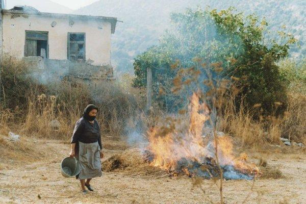 Kreta, het verbranden van vuil na een dag hard werken op het land..... Foto: Wies Hazenoot, Rijnsburg