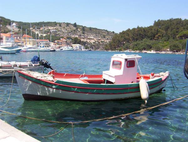 Vissersbootje in Paxi