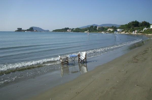 Laganas: stoelen en tafeltje in het water Zakynthos