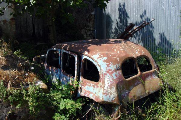 Deze auto op Corfu is afgeschereven!