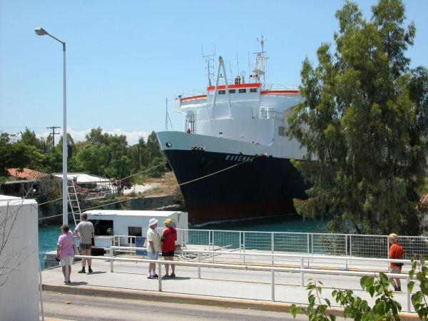 Groot schip dat door het Kanaal van Korinthe gesleept wordt