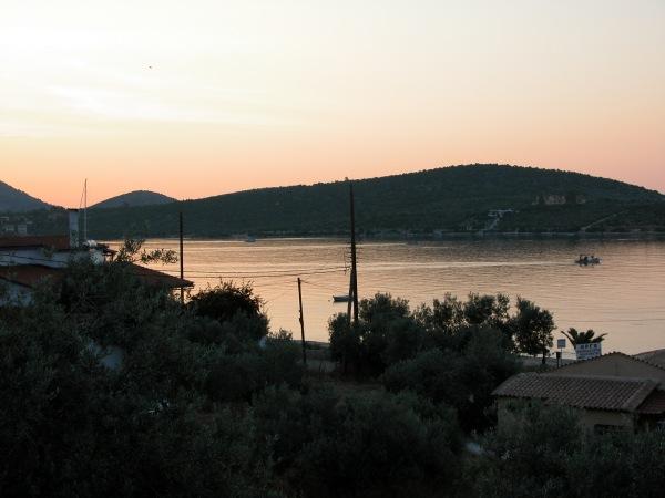 Zonsopkomst boven Korfos Korinthe, Peloponnesos