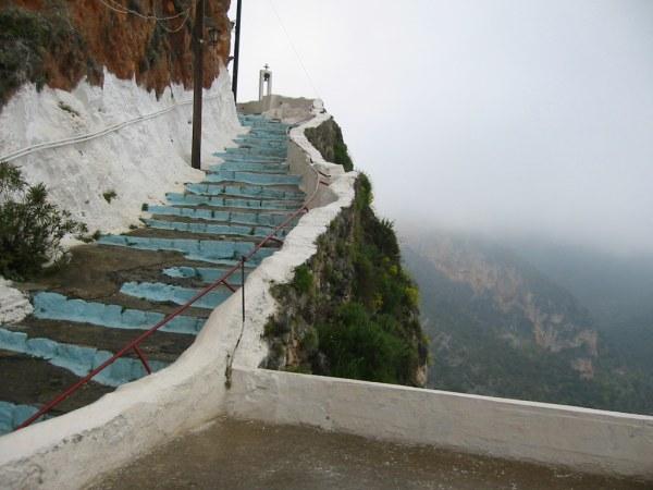 Peleponnesus. Klooster hangend in de bergen.