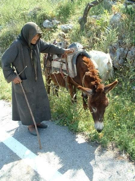 Oude dame met ezel in Skinias Kreta