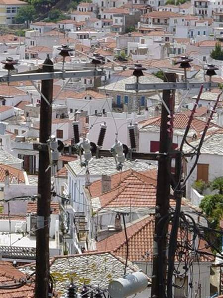 Wirwar van elektriciteitsdraden op Skopelos