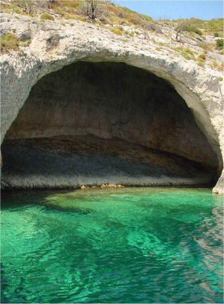 Voor een grot van de Blue Caves op Zakynthos