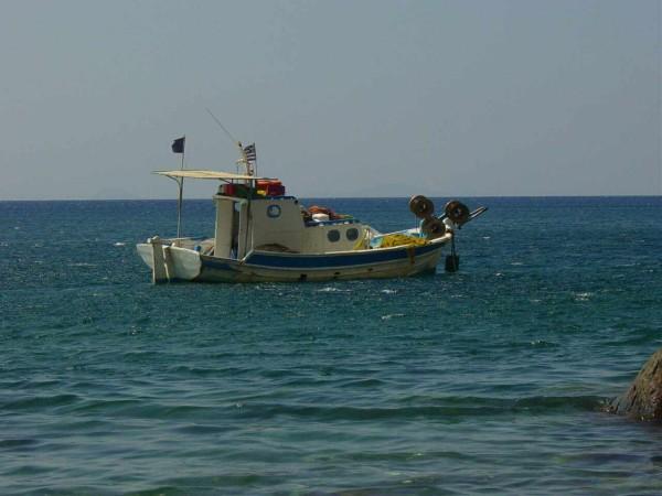 Vissersboot voor de kust bij Empros Thermes (Kos)