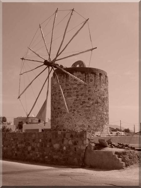 Windmolen in Antimachia met een sepiafilter genomen