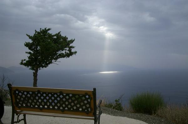 Samos, uitzicht op de laatste zonnestralen na een regenachtige dag