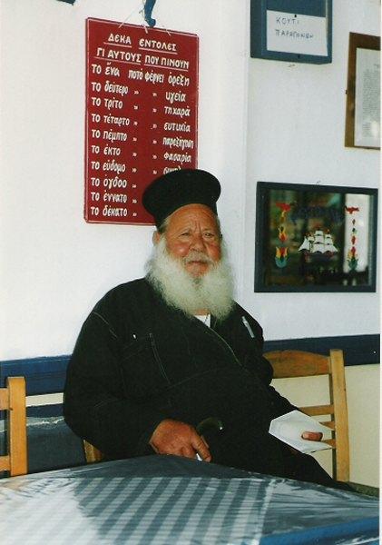Priester in café, Griekenland