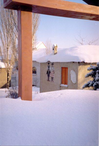 Veel sneeuw bij museum Florina