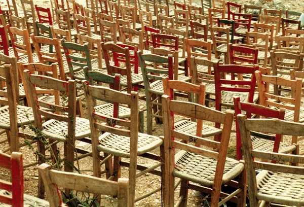 Stoeltjes  van Michiel Koperdraat,  openluchttheater in de ruïne in Pyrgos bij Olympia