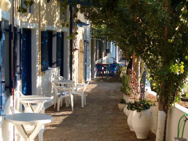Steegje naar het strand van Kokkinos Pirgos, Kreta. Foto van Fam van de Reyen.