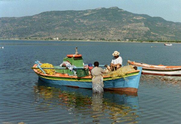 Skala Kallonis op Lesbos. De netten worden leeggehaald. Foto van Henk Ochse.