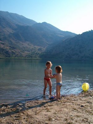 KIDS AT LAKE KOURNAS - Foto van AGAPI
