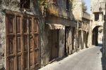 Middeleeuws straatje in Rhodos stad - Foto van John Hofboer