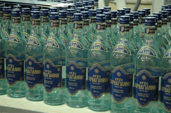 Ouzo flessen wachten op transport