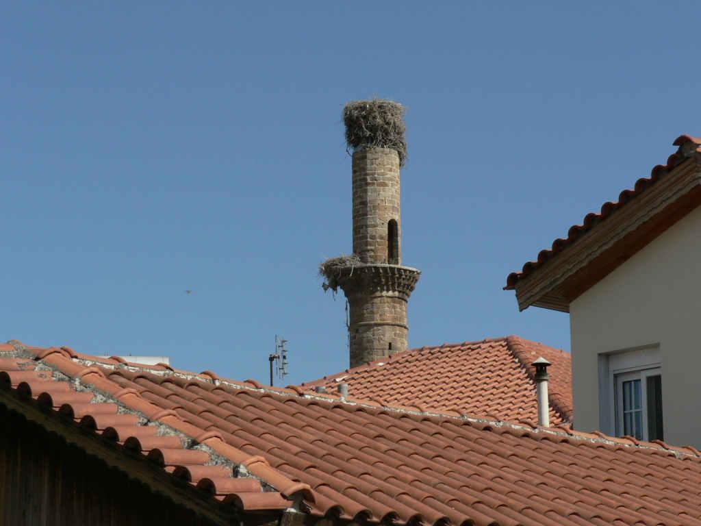 foto Oude minaret in Genisea, gebruikt door de ooievaars.