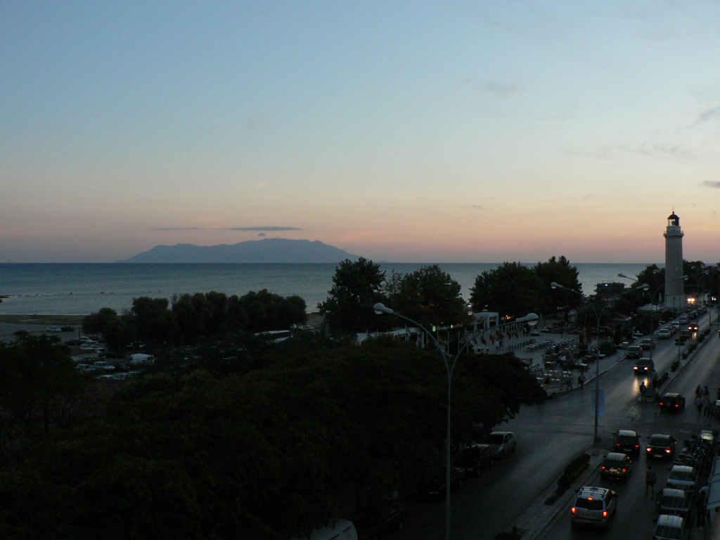 foto Zonsondergang op de boulevard in Alexandroupoli met in de verte het eiland Thassos.