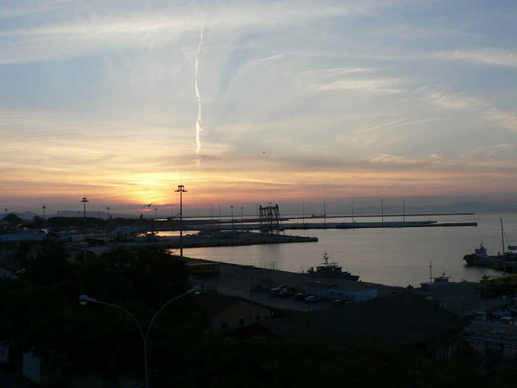 foto Zonsopkomst in de haven van Alexandroupoli.