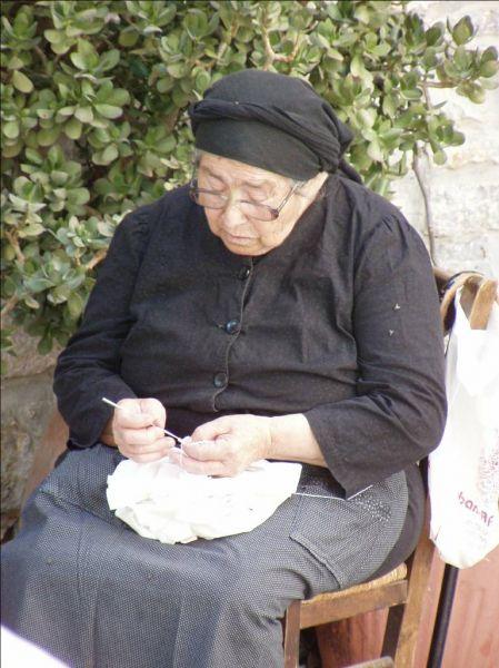 Oud vrouwtje in Mesta - Foto van Willem