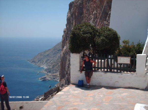 Amorgos - voor het klooster van Panai Chozoviotissa (Foto: de Heer Strikjes) - Foto van strikjes