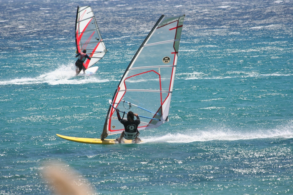 Paros, wind in de zeilen bij Pirgaki.Foto van Gilors