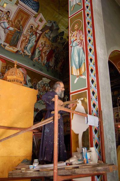 korinthe, pater beschildert eigen kerk met freso's