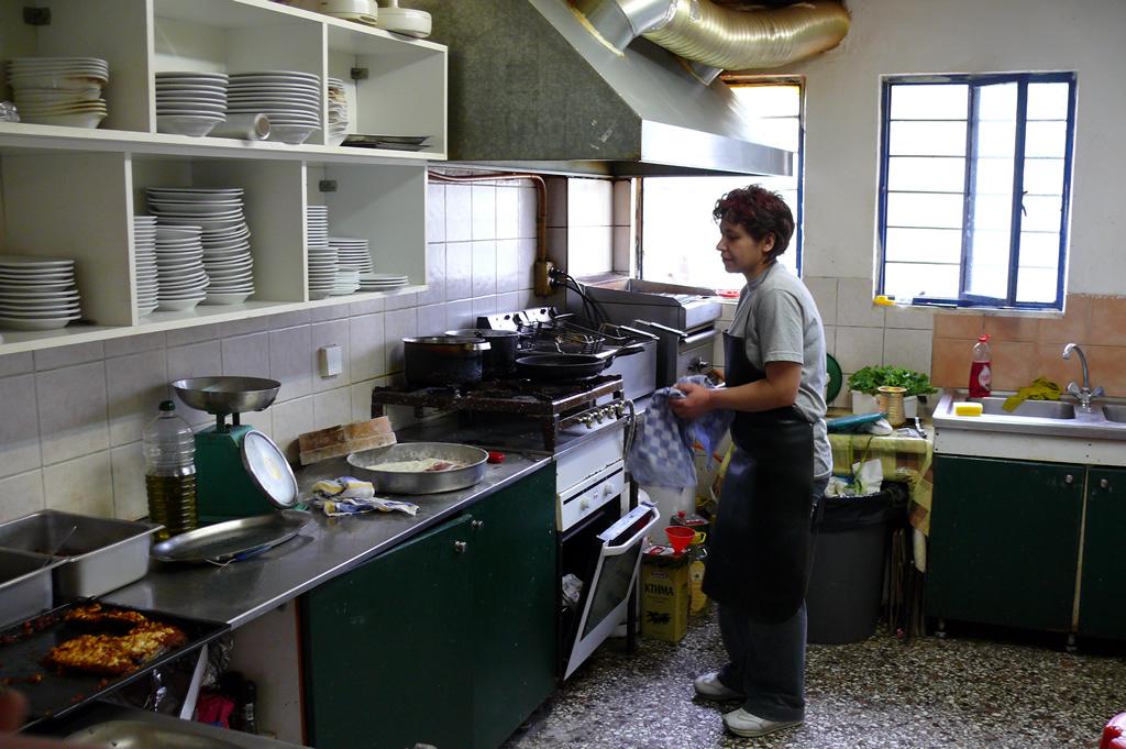 foto Bij Carnacio in de stad Arta (APTA) een mooi stadje van de provincie Epyrus, dit restaurantje is net voor de brug aan de weg, bij toeval ontdekt, fantastisch eten (traditioneel) voor een erg schappelike prijs, een aanrader, de keuken is erg schoon. Elke d